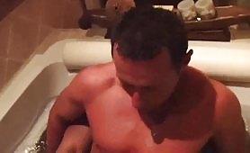 Sesso gay in vasca da bagno