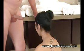 Doccia e sesso con la massaggitrice asiatica