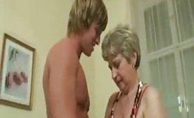 Il cazzo del nipote spompinato dalla nonna