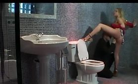 Zoccola feticista tromba in bagno
