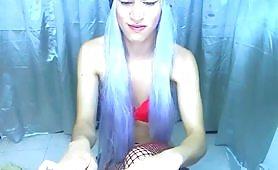 Transessuale con parrucchia viola fa la zoccola in web cam