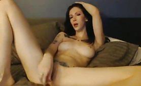 Ragazza tatuata dalla fica rasata si masturba in web cam