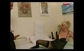 Mamma italiana punisce il giovane figlio