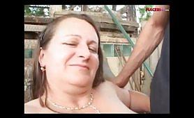 Zoccola matura obesa trombata sul prato