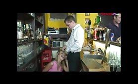 Giovane cameriera bionda spompina dietro dal bancone