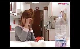 Giovane troietta rossa spompina il padre in cucina