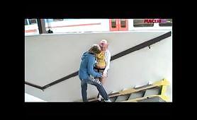 Giovane coppia di esibizionisti arrapati nella stazione
