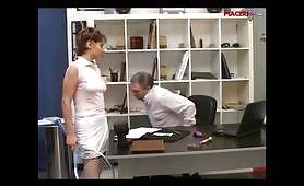 Zoccola italiana spompina il padre in ufficio