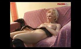 Calda padrona italiana gode con il giovane schiavo