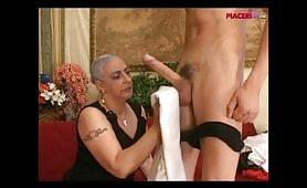 Nonna italiana fa un gran pompino al nipote maiale