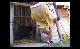 Giovane contadino spacca il culo di una milf porca