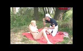 Bionda porca in bikini in scena di sesso orale