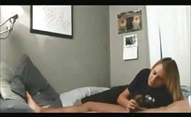 Giovane fidanzata bionda gode con il compagno di colore