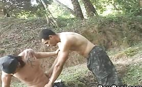 Due omosex latini vestiti da militari scopano nel bosco