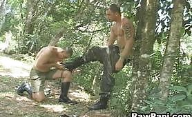 Due porci gay latini militari godono nel bosco