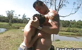 Porno gay outdoor con due porconi latini