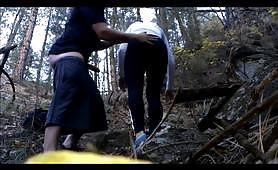 Giovane coppia scopa nel bosco