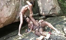 Tre gay latini cazzuti godono nel bosco