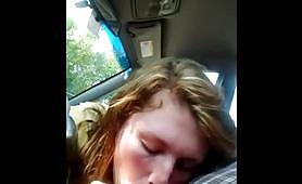 Giovane maiala fa un bel bocchino in macchina