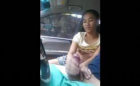 Calda puttanella asiatica sega e succhia in macchina