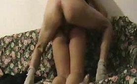 Laura, calda fidanzata diciottenne di Siena viene fottuta da dietro sul divano....