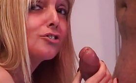 Un bel casting porno amatoriale con milfona bionda e zoccola di Milano