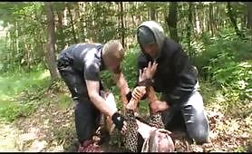 Due giovani ladri abusano e fottono una donna matura