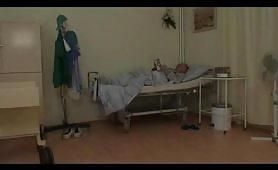 Giovane infermiera scopa un nonno cazzuto