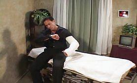 Una calda infermiera porca inculata dal paziente cazzuto