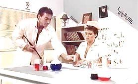 Una scena calda di sesso selvaggio fra dottore e infermiera