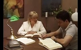 Professoressa italiana in pensione gode con giovane studente