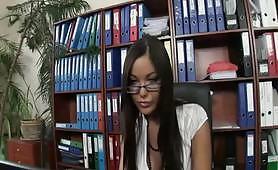 Una segretaria bona occhialuta trombata in ufficio