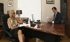Giovane segretaria occhialuta inculata in ufficio