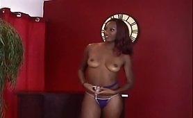Giovane troietta ebony soddisfatta dal compagno di colore