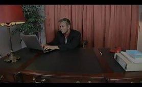 Sesso in ufficio con calda troia bionda occhialuta