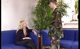 La cougar italiana si fotte il militare