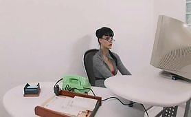 Segretaria in occhiali  maggiorati fa la puttana in ufficio