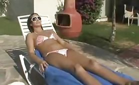 Calda milf esibizionista si fa un massaggio porno