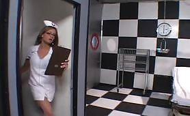 Dottore fotte una bella infermiera puttana in ospedale