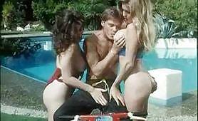 Moana gode con la sua amica in piscina